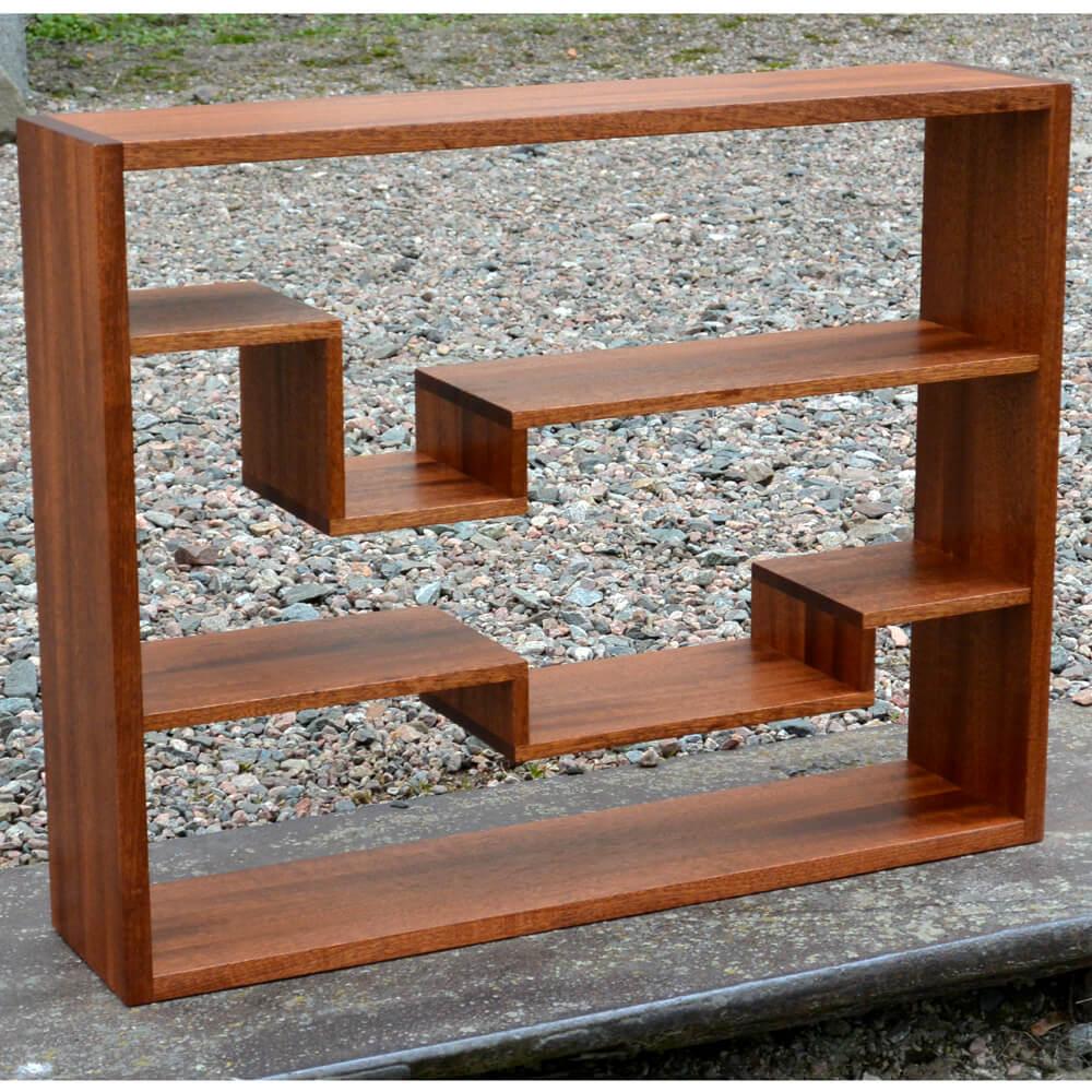 Stefan_Forsberg--Hylla-Rum--vägghängd--från-sidan--FSC-märkt-mahogny