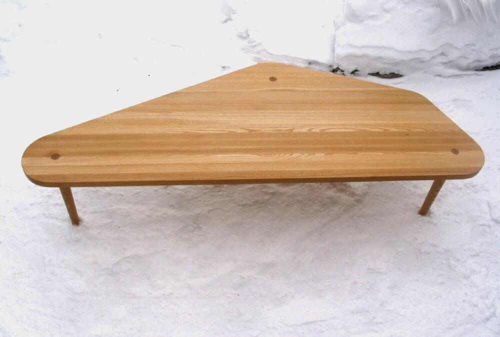 Soffbord i ask med tre ben