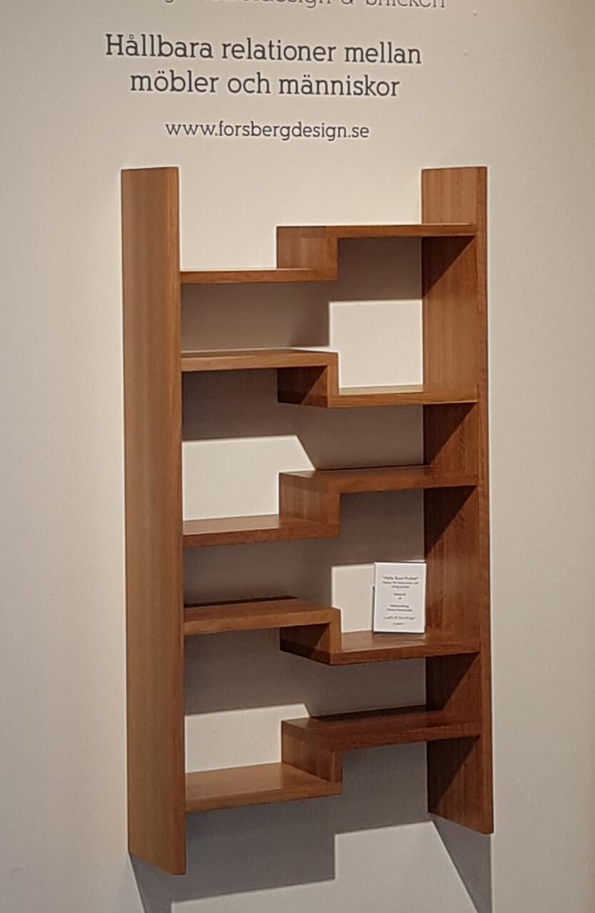 Hylla med flera nivåer som ger stöd åt pocketböcker.